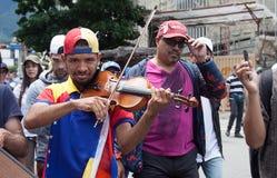 Venezuelansk violinist Wuilly Arteaga som spelar hans fiol under protest i Caracas Arkivfoton