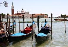 Venezzia运河和长平底船 免版税图库摄影