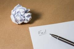 Venga a mancare la scrittura della mano sulla carta, rinchiuda e sgualcito la carta Frustrazioni di affari, sforzo di lavoro e co Immagini Stock
