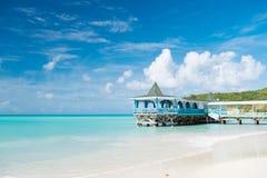 Venha e ficar Calma de turquesa do mar e terraço do bungalow na água St tropical acolhedor do bungalow da casa da praia da areia  fotos de stock royalty free