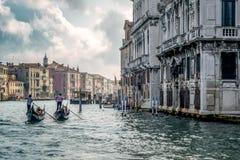 VENICE/ITALY - 10月12日:运送人的平底船的船夫在威尼斯 免版税库存照片