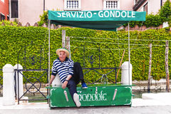 VENICE, ITALY-APRIL 25, 2017: a gondolier waiting for tourists s Stock Photography