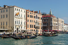 VENICE, ITALY/EUROPE - OCTOBER 12 : Gondoliers ferrying people i Royalty Free Stock Photography