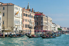 VENICE, ITALY/EUROPE - OCTOBER 12 : Gondoliers ferrying people i Stock Image