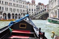 VENICE-JUNE 15 :在威尼斯式大运河的长平底船有2012年6月15日的Rialto桥梁的在威尼斯,意大利。 库存图片