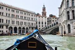 VENICE-JUNE 15 :在威尼斯式大运河的长平底船有2012年6月15日的Rialto桥梁的在威尼斯,意大利。 库存照片