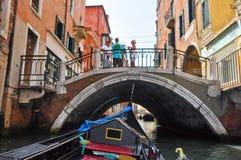 VENICE-JUNE 15 :在威尼斯式运河的长平底船2012年6月15日在威尼斯,意大利。 库存图片