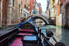 VENICE-JUNE 15 :在威尼斯式运河的长平底船2012年6月15日在威尼斯,意大利。 免版税库存图片