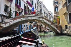 VENICE-JUNE 15 :在威尼斯式运河的长平底船2012年6月15日在威尼斯,意大利。 图库摄影