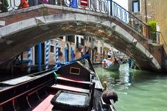 VENICE-JUNE 15 :在威尼斯式运河的长平底船2012年6月15日在威尼斯,意大利。 库存照片
