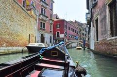 VENICE-JUNE 15 :在威尼斯式运河的长平底船2012年6月15日在威尼斯,意大利。 免版税库存照片