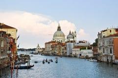 VENICE-JUNE 15 :大运河在2012年6月15日的晚上期间在威尼斯。大运河是最大的运河在威尼斯, Ital 库存照片