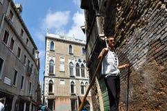 VENICE-JUNE 15 :平底船的船夫在威尼斯跑在威尼斯式运河的长平底船2012年6月15日,意大利。 库存图片