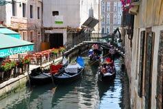VENICE-JUNE 15 :平底船的船夫在威尼斯跑在威尼斯式运河的长平底船2012年6月15日,意大利。 免版税库存照片