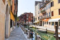 VENICE-JUNE 15 :2012年6月15日的狭窄的威尼斯式运河在威尼斯,意大利。 库存图片