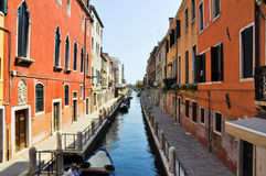 VENICE-JUNE 15 :2012年6月15日的狭窄的威尼斯式运河在威尼斯,意大利。 免版税库存图片