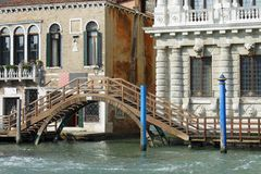 Venice, a wooden bridge on the Grand Canal Stock Photos