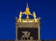 Venice& x27; s标志在钟楼的飞过的狮子 免版税库存图片
