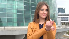 Venido aquí gesticule por la mujer joven atractiva almacen de video