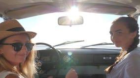 Venido conmigo, novias detrás del auto de la rueda, muchachas en el asiento delantero del coche, fin de semana feliz de amigos fe almacen de metraje de vídeo