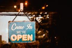 Venido en nosotros somos muestra abierta en la puerta del caf? imágenes de archivo libres de regalías