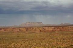 Venir rouge de pluie et de tonnerre de désert de roche images libres de droits