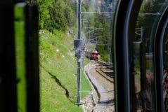 Venir rouge de train de Bernina vu la fenêtre de passager photos stock