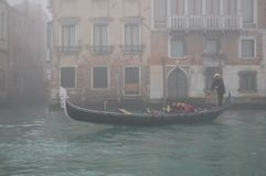 Venise dans le brouillard Le gondolier porte des touristes sur le canal dans la gondole Photo libre de droits