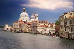 Venise devant la tempête au-dessus du canal grand Images stock