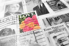VENISE - 1ER MAI : Texture âgée de timbres des Etats-Unis (service postal des USA - Au Photo stock