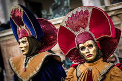 Venise - 6 février 2016 : Masque coloré de carnaval par les rues de Venise Photos stock