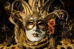 Venise - 6 février 2016 : Masque coloré de carnaval par les rues de Venise Photo stock