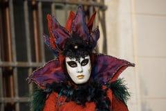 Venise - 6 février 2016 : Masque coloré de carnaval par les rues de Venise Images libres de droits