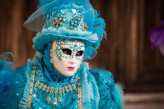 Venise - 6 février 2016 : Masque coloré de carnaval par les rues de Venise Photo libre de droits