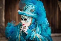 Venise - 6 février 2016 : Masque coloré de carnaval par les rues de Venise Photographie stock libre de droits
