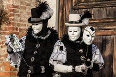 Venise - 6 février 2016 : Masque coloré de carnaval par les rues de Venise Image stock