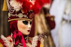 Venise - 6 février 2016 : Masque coloré de carnaval par les rues de Venise Image libre de droits