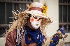 Venise - 6 février 2016 : Masque coloré de carnaval par les rues de Venise Images stock