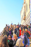 Venise - foule des touristes marchant sur le pont au carnaval de Venise Photographie stock libre de droits