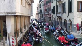 VENISE, ITALIE - 8 AOÛT 2017 Embouteillage de gondoles Image stock