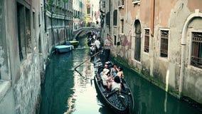VENISE, ITALIE - 8 AOÛT 2017 Les gens faisant le tour sur les gondoles vénitiennes célèbres Photographie stock