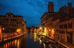 VENISE, ITALIE - 21 AOÛT 2016 : Monuments architecturaux célèbres, rues antiques et façades de vieux bâtiments médiévaux la nuit photographie stock libre de droits