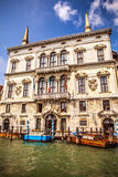 VENISE, ITALIE - 19 AOÛT 2016 : Rétro bateau brun de taxi sur l'eau à Venise le 19 août 2016 à Venise, Italie Photographie stock