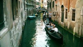 VENISE, ITALIE - 8 AOÛT 2017 Touristes faisant le tour sur les gondoles vénitiennes Image stock