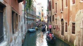 VENISE, ITALIE - 8 AOÛT 2017 Touristes faisant le tour sur les gondoles vénitiennes célèbres Photos stock