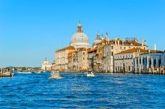 Venise, Italie : Basilique Santa Maria della Salute et palais, vue de Grand Canal photographie stock