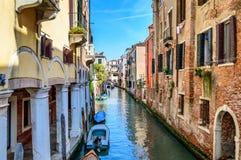 Venise, Italie : canal scénique avec les bâtiments et les bateaux colorés photo libre de droits