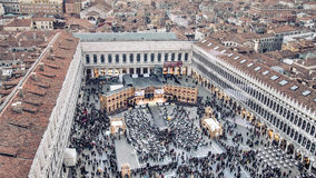 Venise, Italie - 17 février 2015 : Aérez la vue à la place célèbre de San Marco à Venise, Italie pendant le festival de masque Image stock