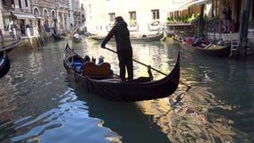 Venise, Italie - 14 03 2019 : gondole avec des touristes dans les canaux étroits de Venise banque de vidéos
