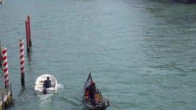 Venise, Italie - 14 03 2019 : gondole avec des touristes dans les canaux ?troits de Venise banque de vidéos